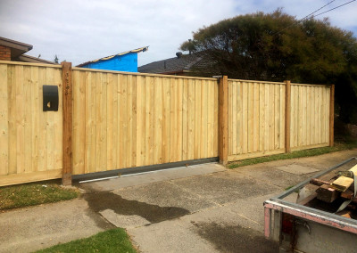 Vertical Capped Timber Panels with Timber Feature Columns and an Automated Electric Sliding Gate and Hinged Access Gate